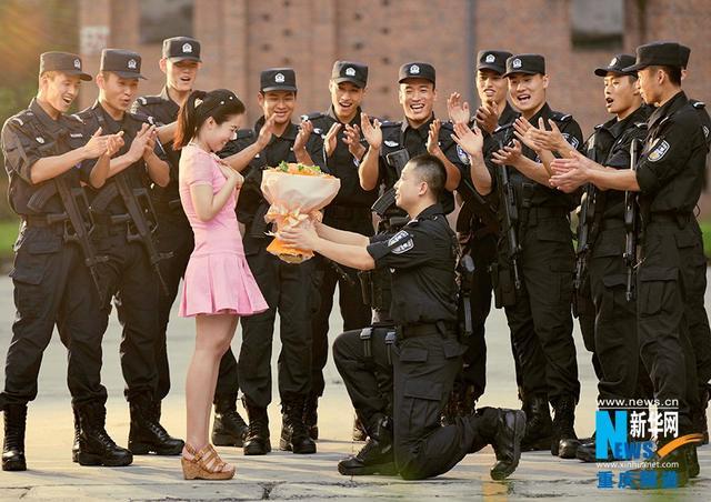 重庆特警婚纱照爆红
