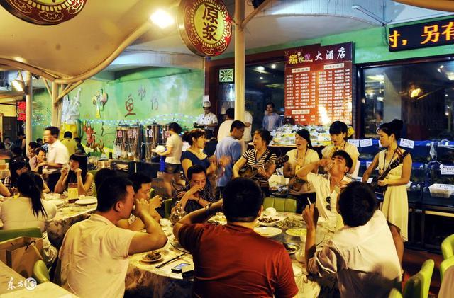 青岛302路公交车啤酒街和婚纱街