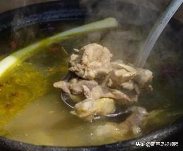 炖鸡汤时,要不要焯水?厨师说漏嘴:很多人做错,难怪?#20013;?#21448;不鲜