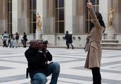 在埃菲尔铁塔前拍照的人们,看看他们都拍出了啥?