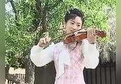 木棉花的春天,佩芸教学生拉小提琴,这时候的她笑得很美