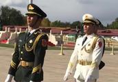 国旗卫士走在天安门广场上,昂首挺胸的身姿很吸引人!