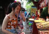"""两位外国美女在成都的黄龙溪古镇,一口流利的中文犹如""""本地人"""
