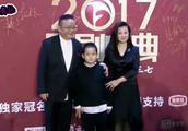70岁王刚妻子近照曝光 貌美如花 难怪隐藏13年 儿子颜值一言难尽
