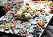 金钟国带至亲哥哥和女明星去吃生鱼片拼盘,满满一大桌真的好丰盛