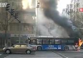 「黑龙江」哈尔滨一公交车行驶中起火 爆炸声传整条街
