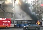 「黑龙江」公交车早高峰自燃 伴着爆炸声冒出黑烟