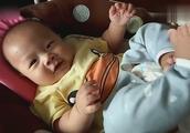 小宝宝想吃脚没抓住,还冲着镜头笑个不停,太逗了!