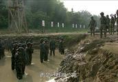 雷战在身体上摧残女兵,连精神上也不放过,怼的女兵是搭不上话!