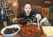 韩国大胃王:美女吃辣炒血肠、金枪鱼拌饭,这饭真丰盛!