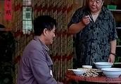 工地大哥吃饭被黑还被店主追,拿出钱比较,才知道被骗了