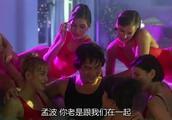 成龙做梦和一堆美女在泳池游泳,被王祖贤一脚踢下床