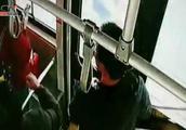 绵阳:大妈抢夺公交车方向盘被拘留