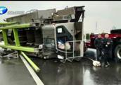 开封:咋舌!货车高速路上车速快吊车被甩飞,伤及无辜酿事故