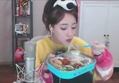 斗鱼冯提莫直播饿头晕,面对镜头吃饭,粉丝却吵得不可开交