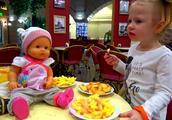 少儿动画:小萝莉带布娃娃去超市玩,布娃娃很好玩,哈哈!