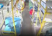 女孩公交车上遭骚扰后求助司机:我害怕,有个叔叔摸我
