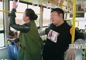 公交上提问小伙子,我的钱包丢了,是不是掉你兜里了!