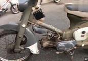 在废品站淘来一台破旧不堪的本田摩托车,换了铃木的座位,还能骑