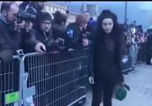 范冰冰逃税风波后首秀巴黎时装周,引发媒体热烈跟拍