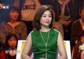 57岁妈妈首次登上电视,带包上节目不肯交别人,只因没出过门!