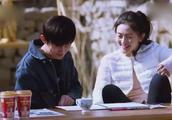 何炅谢娜两人靠在一起偷看赵丽颖日记,笑的这么开心颖宝会生气的
