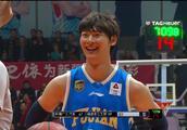 搞笑一幕!福建队王哲林真的皮啊!罚球送新疆球迷飞吻!