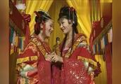 同样的花轿同样的嫁衣,两位新娘结下不菲缘分!