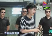 刘昊然和女粉丝撞衫,女粉丝笑得好甜蜜!网友:好羡慕