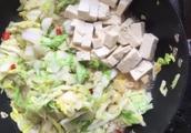 冬天除了吃火锅还有啥,一锅白菜炖豆腐给你满满的温暖,淄博初雪