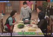 韩 搞笑一家人-全家人一起吃烤排骨,奶奶和俊河吃得狼吞虎咽