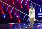 乌兰图雅再现经典老歌《潇洒走一回》,一袭白裙太抢眼了!