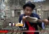出发吧爱情:吴京在院里遇到埋伏,被人泼了一身的水!好惨