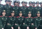 天安门广场上碰到的女兵,个个都很美,笑的很开心!