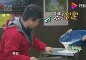 杨紫见偶像听原版《流星雨》,拖地都透露着满满幸福,太搞笑了