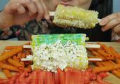 国外吃播微笑姐吃玉米和薯片,大口啃玉米的声音听起来好舒服