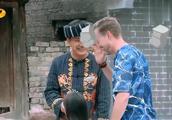 刘烨告诫诺一大人说话的时候不要一直打断,诺一听后不说话手比划