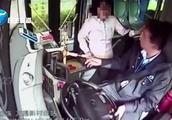 质疑司机多收1元车费 公交正加速 她掌掴司机