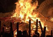 大年夜市民寺庙前冒严寒排队争上头柱香