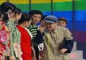 赵本山小品《红高粱模特队》,范伟化身模特教练,这个厉害了