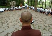 都市白领短期出家 体验寺庙僧侣生活