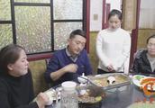 小伙饭店请客,遇上憨妹子服务员,俩人对话太有趣了