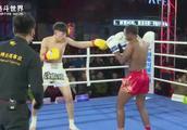 武林风中国19岁小将,挑战外国高手贾科巴,开场就被压着打
