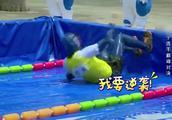 奔跑吧兄弟:无水泳池里,邓超好像一条蚯蚓,众人被泳姿吸引