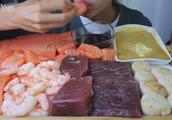 国外吃播全部吃生鱼片海鲜,手撕鱼肉,都是手抓