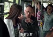 老婆在公交车上被男人骚扰,老公却站后面偷笑,直到最后才出手