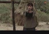 一群鬼子拖住女人,姑娘拿着手枪一顿乱打,竟把鬼子杀了个干净