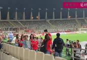 孙兴慜赛后和女球迷互动,女球迷兴奋得尖叫不停,真是痴情!