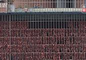 住户将千斤香肠挂满10米长阳台 网友:这是大户人家