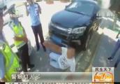 """""""警察打人了!""""警察面前秀""""演技"""",违停司机躺倒喊""""打人"""""""